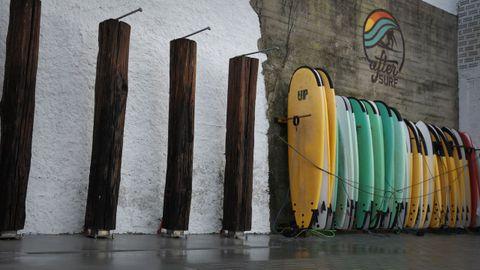 La instalación cuenta con duchas en el exterior para quien quiera quitarse la salitre al llegar del mar