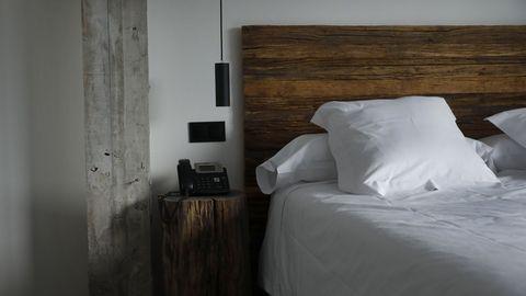 La madera de batea ha sido utilizada en los cabeceros de las habitaciones y parte del mobiliario