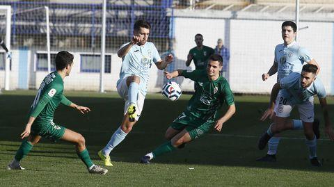 Javi Rey trata de controlar un balón ante Gabri Palmás y Josiño durante el partido en el Pepe Barrera