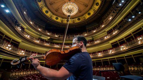 Uno de los músicos de la orquesta Oviedo Filarmonía