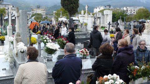 El cementerio parroquial de Quiroga, lleno de gente en una celebración del día de todos los santos de hace unos años