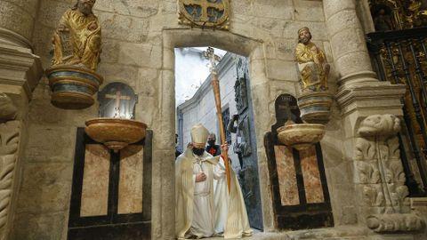 El arzobispo de Santiago, Julián Barrio, entra en la catedral por la Puerta Santa