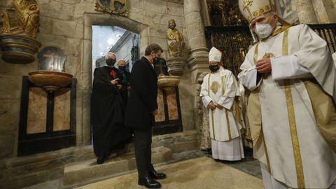 El presidente de la Xunta, Alberto Núñez Feijoo, que actuó como delegado regio, saluda a las autoridades religiosas al entrar en la catedral por la Puerta Santa