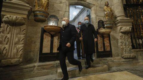 El alcalde de Santiago, Xosé Sánchez Bugallo (con el bastón de mando), entra en la catedral por la Puerta Santa