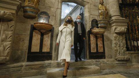 La ministra de Trabajo, la ferrolana Yolanda Díaz, entra en la catedral por la Puerta Santa seguida del presidente del Parlamento de Galicia, Miguel Ángel Santalices