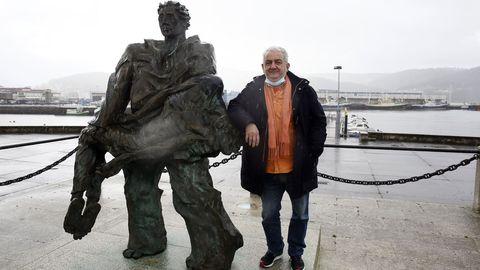 Carlos Fustes, en esta Nochevieja de la pandemia, al lado del Monumento ao Náufrago, en ese puerto de Celeiro cuyas «raíces profundas del mar» lleva tan dentro.