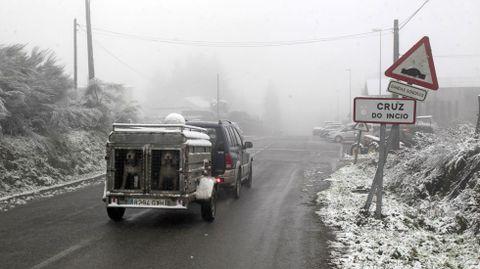 Así estaba esta mañana la entrada de A Cruz do Incio por la carretera de Foilebar