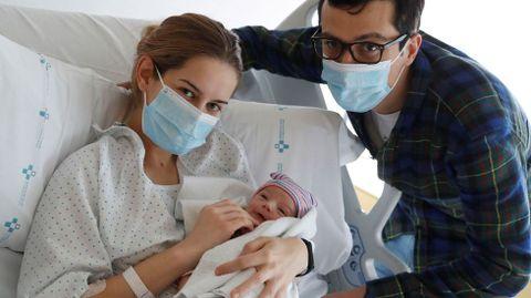 Nicolás Muñiz, el primer bebé asturiano de 2021, con sus padres