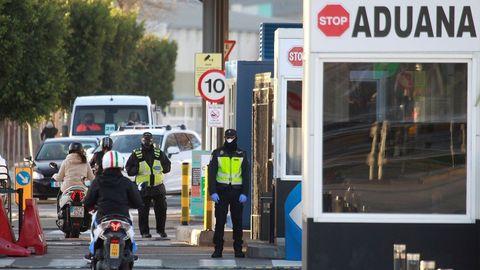 Policías de España (d) y Gibraltar (i), en el paso fronterizo en La Línea de la Concepción.