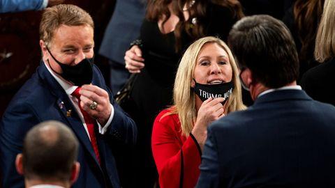Marjorie Taylor Greene, seguidora del conspiranoico QAnon, con la mascarilla «Trump ganó», ayer en el Congreso de EE.UU.