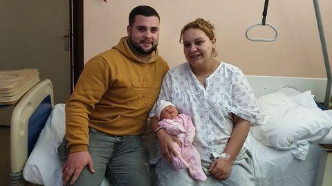 Marcos Osorio e Ana Fernández coa súa filla Laura, este luns no hospital de Monforte
