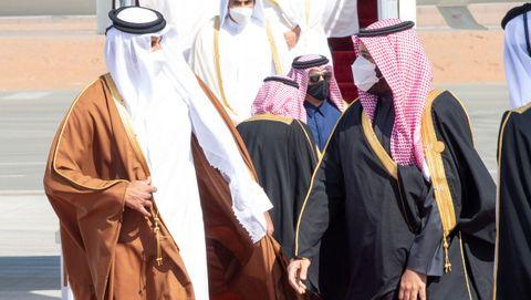 El príncipe Mohamed bin Salman (derecha) recibió al emir de Catar (izquierda), en el aeropuerto de Al Ula, la ciudad saudí que acoge la cumbre del Golfo