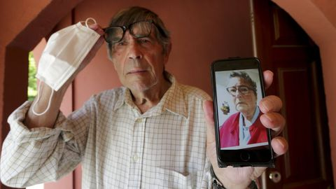 Florencio muestra la imagen de su esposa en junio del 2020, con la que meses después conseguiría reunirse en la residencia de Oleiros
