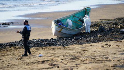 Los fallecidos viajaban en un cayuco que llegó por su propios medios a la playa del Cabezo.