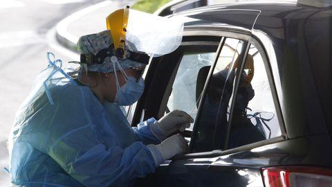 Personal sanitario realiza pruebas PCR en el covidauto del Chuac