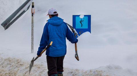 Un hombre limpia la nieve en Pajares. ARCHIVO