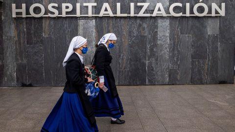 La banda de gaitas Ciudad de Oviedo tocó hoy en formación frente a las puertas del Hospital Universitario Central de Asturias (HUCA),