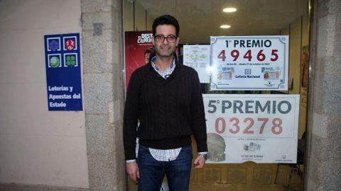 José Antonio de la Torre, en ua foto de archivo en la puerta de su administración de loterías en Monforte