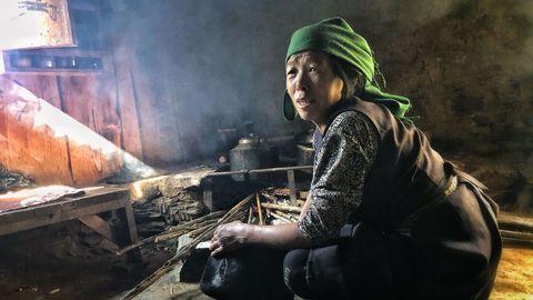 La madre de Lakpa, Lakpa Futi Sherpa, junto al fuego en la cocina de su casa, su «calefacción»