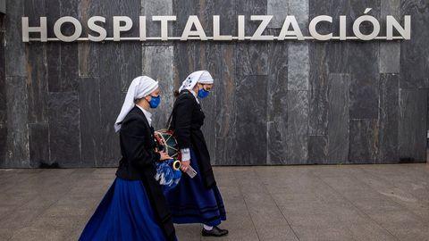 La banda de gaitas Ciudad de Oviedo tocó frente a las puertas del Hospital Universitario Central de Asturias (HUCA)