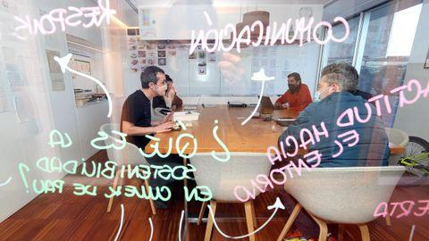 En el laboratorio creativo. Una sala dedicada para pensar. Aquí es donde se cuece todo. Donde salen las ideas y se buscan las combinaciones y elaboraciones adecuadas que después se materializan en la cocina.
