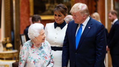 Con Isabel II. El vestido elegido por Melania generó críticas por considerarlo un disfraz de «My Fair Lady».
