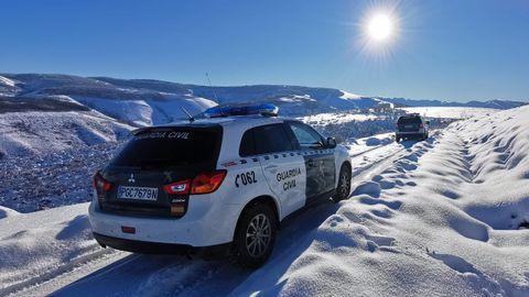 Dos vehículos de la Guardia Civil, buscando al hombre a primera hora de este miércoles
