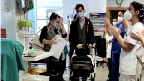 Petru sale del hospital entre aplausos de los sanitarios