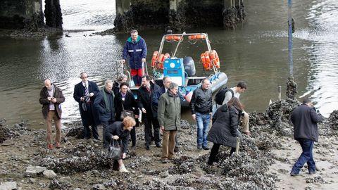 Los eurodiputados vieron los lodos. La visita en febrero del 2013 a O Burgo por representantes de la Comisión Europea les sirvió para constatar la realidad denunciada por los mariscadores sobre el estado de la ría