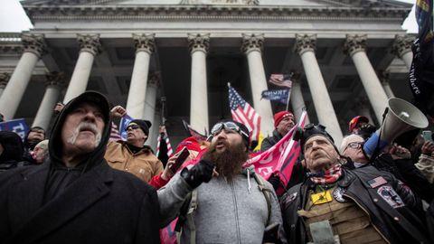 Simpatizantes de Trump en la escalinata del Capitolio, el pasado 6 de enero