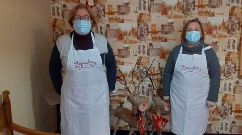 Lourdes (izquierda) y Mary Carmen, en la empanadería Cantón, en Ortigueira