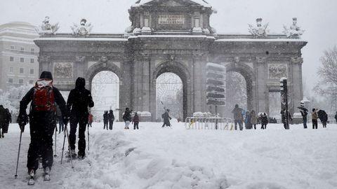 Gente esquiando ante la madrileña Puerta de Alcalá, tras una nevada histórica