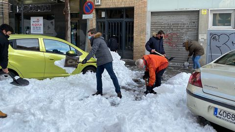 El líder del PP, Pablo Casado, acudíó este domingo a un centro de salud de Madrid para ayudar a retirar la nieve y facilitar el acceso.