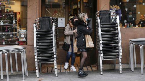 Clientas de un bar de la capital saliendo del negocio minutos antes de las seis de la tarde, hora de cierre