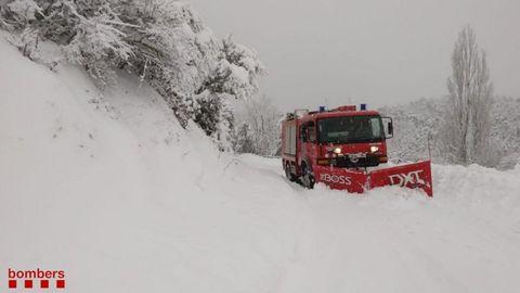 Los Bomberos de Cataluña retirando la nieve de las carreteras tras la borrasca Filomena