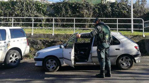 El coche que llevaba la pegatina falseada, en una foto sacada por la Guardia Civil en el aparcamiento del cuartel de Chantada