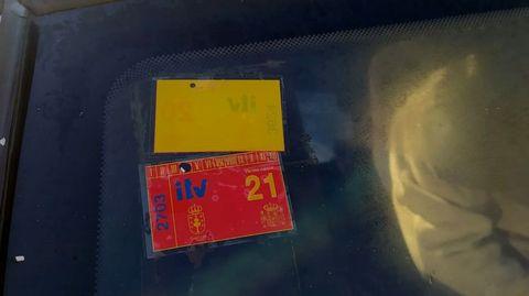 El coche llevaba en su parabrisas una pegatina que tenía las inspecciones técnicas en regla hasta marzo de este año