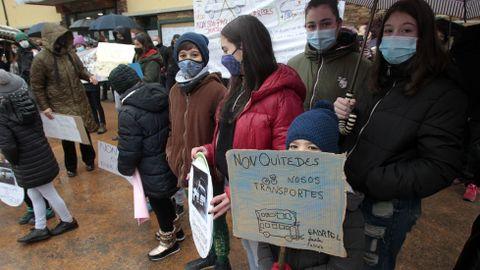 Estudiantes del colegio, sus familias y vecinos se manifestaron el pasado dia 30 en Folgoso convocados por la asociación de padres de alumnos en defensa del actual sistema de transporte