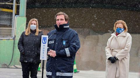 El alcalde de Madrid, José Luis Martínez-Almeida, el pasado día 7 de enero en una visita al distritro de Vallecas para conocer el dispositivo del Plan de Emergencias Invernales del Ayuntamiento de Madrid