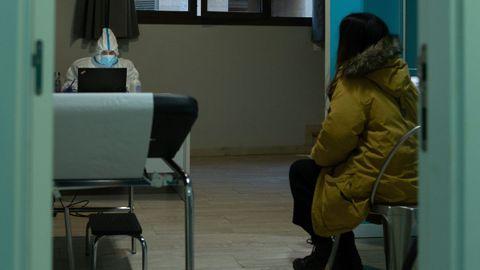 Una paciente recibe la comunicación de que ha dado positivo en un centro especializado para pacientes con sintomatología covid en el barrio de Gracia de Barcelona