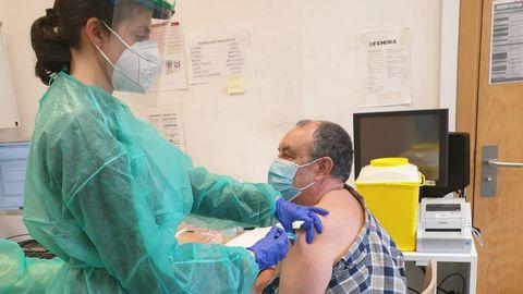 La campaña de vacunación del covid al personal de los centros sanitarios comenzó ayer en Ribeira (en la foto), Rianxo, Boiro y Muros