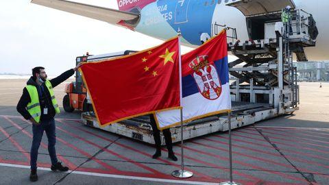 La bandera de China y la bandera de Serbia, junto al avión que transportó el millón de dosis de vacunas del Grupo Nacional Biotec de China (CNBG) de Sinopharm a su llegada al aeropuerto de Belgrado