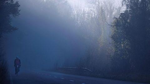 Un ciclista entre la niebla en el concejo de Grado