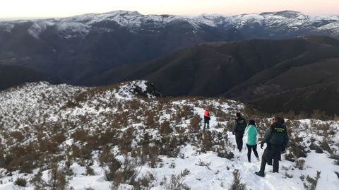 Agentes de la Guardia Civil y personal del grupo de emergencias de Folgoso do Courel acompañaron a los dos excursionistas por el camino de bajada