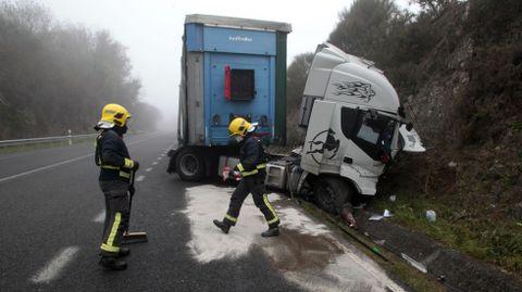 Los bomberos utilizaron productos absorbentes para limpiar la calzada del combustible que perdía el camión
