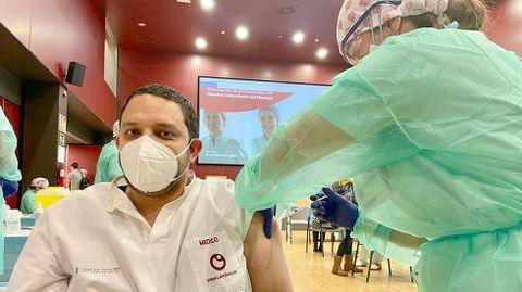 Julio Armas, médico de urgencias en un hospital de Elche, vacunándose contra el covid-19