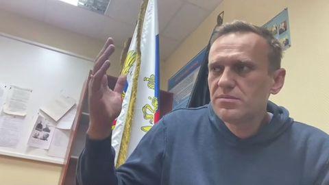 Alexéi Navalni, este lunes, prestando declaración en comisaría