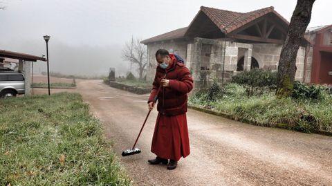 El tibetano Lobsang Yeshi vive en el monasterio Chu Sup Tsang, sin contagios de coronavirus, como en el resto de San Amaro