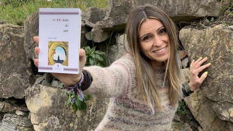 La periodista y escritora asturiana, Rosa Valle con su nuevo poemario «Certezas al sol»