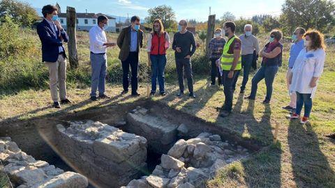 El conselleiro de Cultura, Román Rodríguez ?tercero por la izquierda? visitó en octubre las excavaciones realizadas en la parroquia Proendos, que fueron financiadas por su departamento